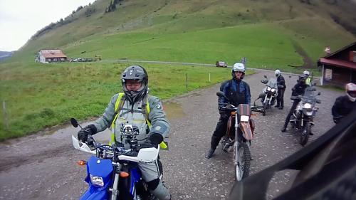 Start zur ersten Enduro-Etappe am Col du Aravis